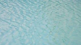 Textura de la superficie del agua, cámara lenta que coloca las ondulaciones y la onda limpias, refracción de la piscina de la t metrajes