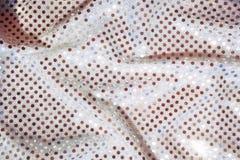 Textura de la tela de plata con las lentejuelas duplicadas Imágenes de archivo libres de regalías