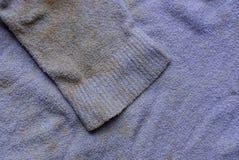 Textura de la tela del marrón de la lila de la ropa vieja manchada con las mangas imagen de archivo