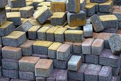 Textura de ladrillos de pavimentación coloreados en el montón foto de archivo