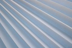 Textura de listras diagonais com uma sombra, com os reforços curvados triangulares, bordas da tela branca clara, papel com tiras  foto de stock