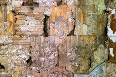 Textura de los cuadrados y de los rectángulos de la solución al ladrillo de un edificio abandonado Multi viejo coloreada Foto de archivo libre de regalías