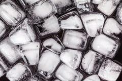 Textura de los cubos de hielo en un fondo oscuro Imágenes de archivo libres de regalías