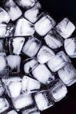 Textura de los cubos de hielo en un fondo oscuro Fotos de archivo