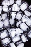 Textura de los cubos de hielo en un fondo oscuro Imagenes de archivo