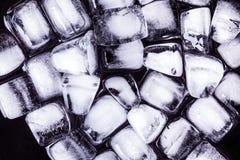 Textura de los cubos de hielo en un fondo oscuro Foto de archivo libre de regalías