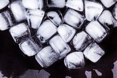 Textura de los cubos de hielo en un fondo oscuro Fotos de archivo libres de regalías