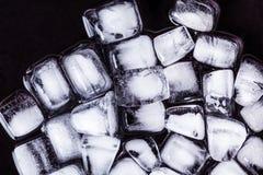 Textura de los cubos de hielo en un fondo oscuro Foto de archivo