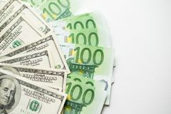 Textura de los dólares americanos y de los billetes de banco del euro fondo blanco de cientos cuentas del dólar y del euro fotografía de archivo