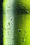 Textura de los descensos del agua en la botella de cerveza. Fotos de archivo libres de regalías