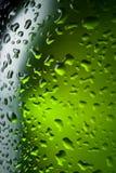 Textura de los descensos del agua en la botella de cerveza. Fondo abstracto Fotografía de archivo libre de regalías