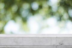 Textura de mármore branca com fundo verde do bokeh Fotos de Stock Royalty Free