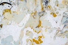 Textura de mármore do fundo com cores do ouro, do preto, da turquesa, as azuis e as brancas, usando a técnica média de derrama fotos de stock