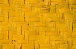 Textura de madeira amarela do weave, fundo feito a mão da natureza Foto de Stock
