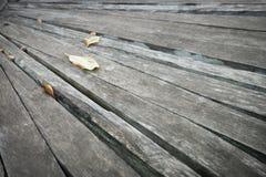 Textura de madeira cinzenta velha do fundo da prancha em um ângulo imagem de stock royalty free