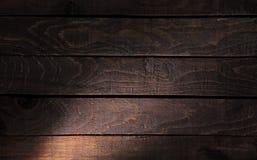 A textura de madeira escura com luz Foto de Stock Royalty Free