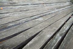 Textura de madeira velha do fundo da prancha em um ângulo imagem de stock