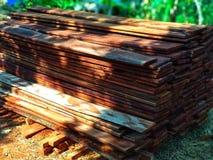 A textura de madeira vermelha é textura do nwood arranjada ordenadamente para materiais de construção da casa fotos de stock