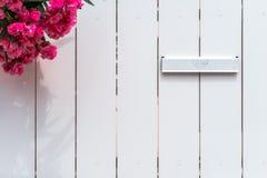 Textura de madera blanca de la cerca con nombre postal vacío Imágenes de archivo libres de regalías