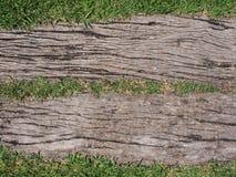 Textura de madera con el fondo de la hierba Foto de archivo