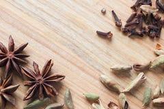 Textura de madera del fondo con las especias aromáticas Foto de archivo libre de regalías