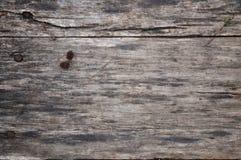 Textura de madera Fondo de madera Un pequeño botón miente en un tablero de madera En el bosque Teñido caliente imagen de archivo