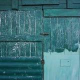 Textura de madera de la puerta en la calle fotos de archivo
