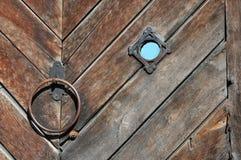 Textura de madera de las viejas puertas con el golpeador de puerta y una visión imagen de archivo