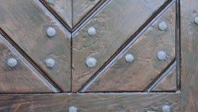 Textura de madera marrón rústica de la puerta Fragmento de la puerta de madera con los remaches del metal almacen de metraje de vídeo