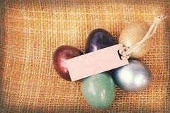 A textura de papel do vintage, ovos da páscoa coloridos com papel vazio etiqueta Imagem de Stock