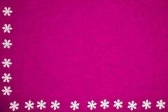 Textura de papel rosada con los copos de nieve como fondo fotos de archivo