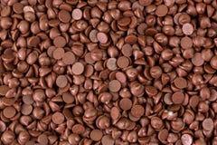 Textura de pedaços pequenos do fundo abrandado dos pedaços de chocolate foto de stock royalty free