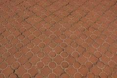 Textura de pedra de Brown de pavimentar telhas com um teste padrão na estrada fotos de stock royalty free