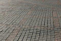 Textura de pedra marrom cinzenta de pavimentar telhas na estrada fotografia de stock