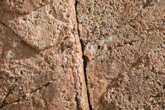 Textura de pedra vermelha rachada e porosa Foto de Stock