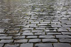 Textura de piedra mojada del pavimento imagenes de archivo