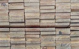 Textura de placas de madeira As placas de madeira encontram-se em uma cremalheira do armazenamento imagens de stock