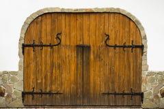 A textura de portas de madeira com detalhes forjados As portas são d Imagem de Stock