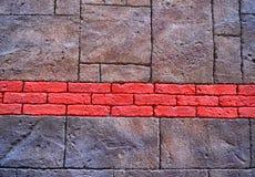 Textura de um fundo cinzento velho da parede de tijolo com uma tira do tijolo vermelho Fundo do tijolo O conceito do projeto, fac fotos de stock royalty free