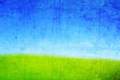 Textura de um monte com grama verde e o céu azul Fotos de Stock Royalty Free