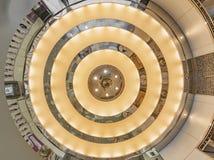 Textura de um teto sob a forma dos círculos concêntricos em espelhos iluminados na entrada aos 109 de Shibuya em Japão fotos de stock