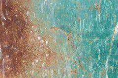 Textura de uma folha de metal velha, suja, oxidada e pesadamente riscada e manchada coberta uma vez com a pintura azul esverdeado Fotografia de Stock