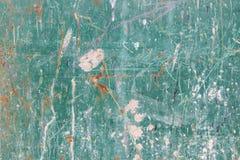 Textura de uma folha de metal velha, suja, oxidada e pesadamente riscada e manchada coberta uma vez com a pintura azul esverdeado Fotos de Stock