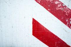 Textura de uma parede branca com tiras do vermelho dois Imagens de Stock Royalty Free