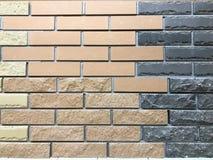 Textura de uma parede decorativa do tijolo gravado textured marrom e preto bicolor da construção com emendas O fundo imagem de stock royalty free