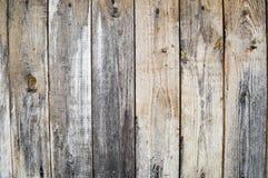Textura de uma parede de madeira velha cinzenta preta, de uma cerca de placas desmedidos idosas verticais de tamanhos diferentes  Foto de Stock Royalty Free