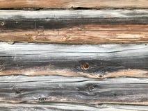 Textura de uma parede de madeira velha cinzenta preta feita dos logs, uma cerca de placas exaustos com quebras e de nós queimados fotografia de stock