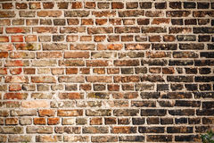 A textura de uma parede de tijolo coberta com a fuligem preta imagem de stock royalty free