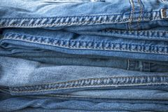 Textura de uma pilha de calças da sarja de Nimes imagens de stock royalty free