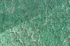 Textura de uma porta de madeira pintada no verde Microplaquetas de madeira imagem de stock